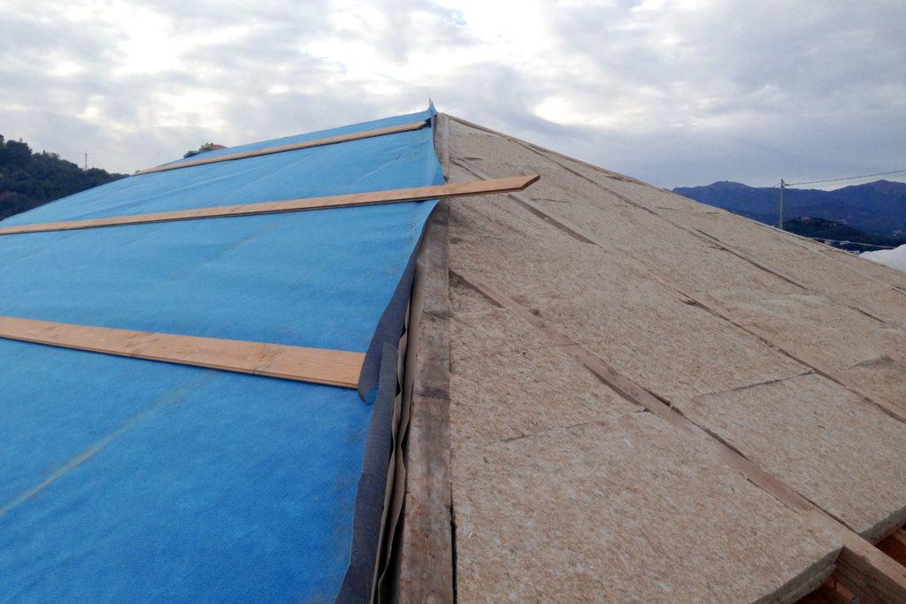 guaina traspirante e isolante in canapa su tetto in legno a imperia